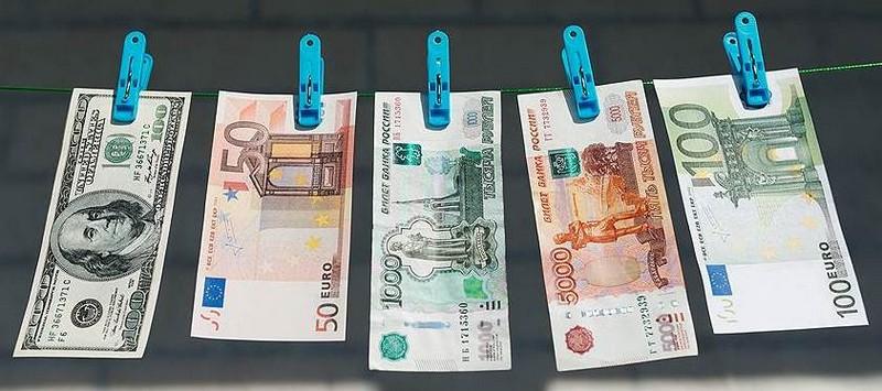 Банкноты на прищепках на веревке