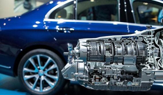 Дизельный двигатель на фоне автомобиля
