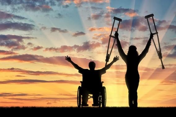 Двое инвалидов на фоне заката
