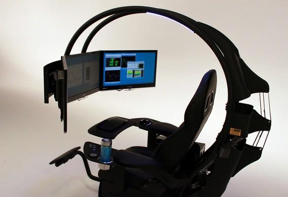 Геймерское кресло с тремя мониторами, клавиатурой, мышкой и подставкой под термокружку