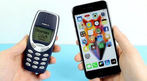 Кнопочный телефон и смартфон на одном фото
