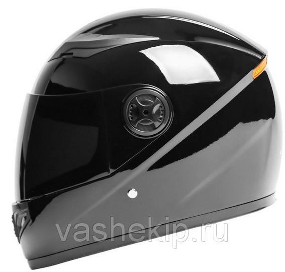 Черный мотоциклетный шлем вид сбоку на белом фоне