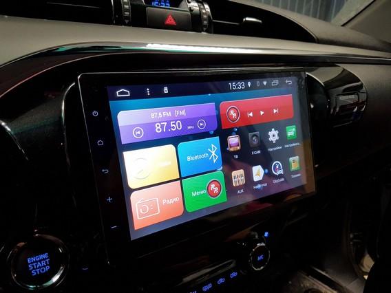 Мультимедиа система на андроид в салоне автомобиля черного цвета
