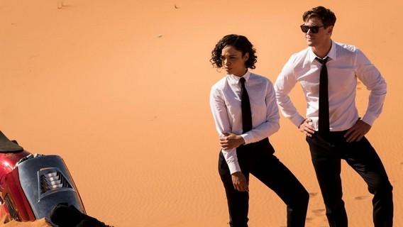 Новые люди в черном в пустыне