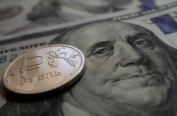Рубль на фоне Джорджа Вашингтона