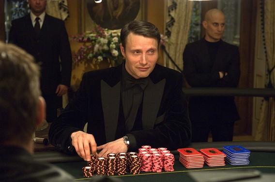 Миккельсон играет в рулетку с Джеймсом Бондом в казино Рояль