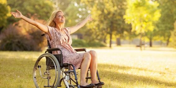Счастливая девушка в коляске