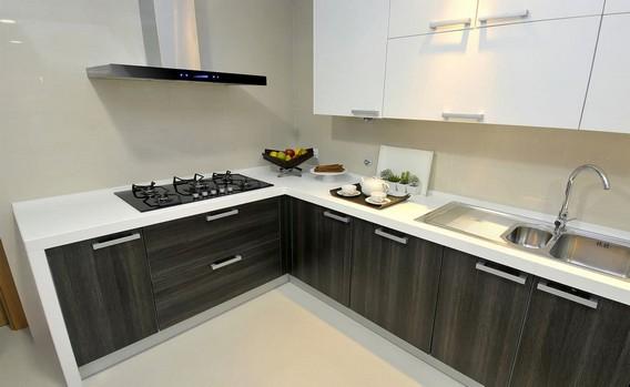 Угловая кухня белый верх темный низ